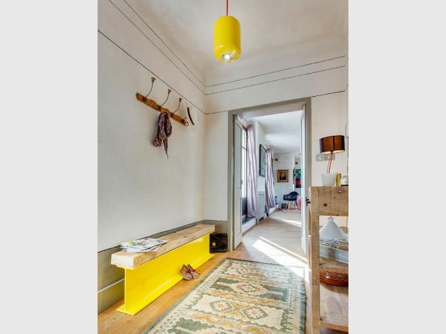 Une suspension jaune pour une entrée éclectique - Bien intégrer la tendance jaune soleil dans mon intérieur