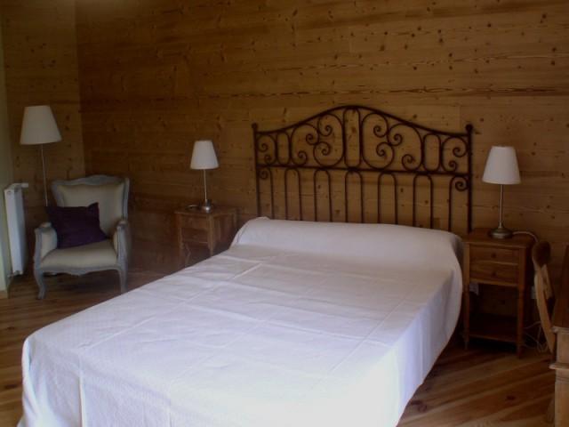 Des murs bardés de sapin et du parquet traditionnel pour plus d'authenticité  - Un chalet métamorphosé en maison d'hôtes
