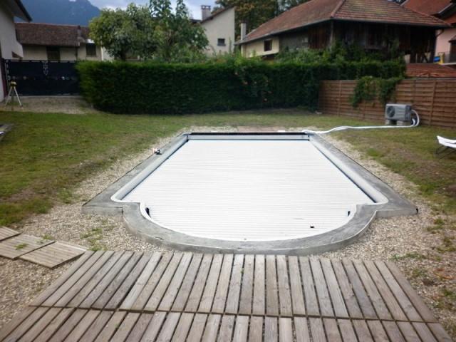 Une piscine magnifiée par une installation graphique