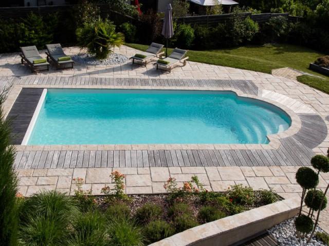Une installation originale autour de la piscine