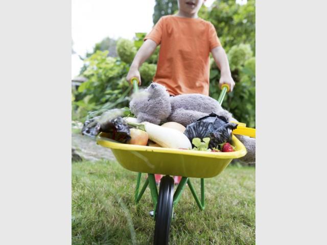 Une brouette super chouette pour jardiner en se faufilant partout - Le jardinage pour les petits
