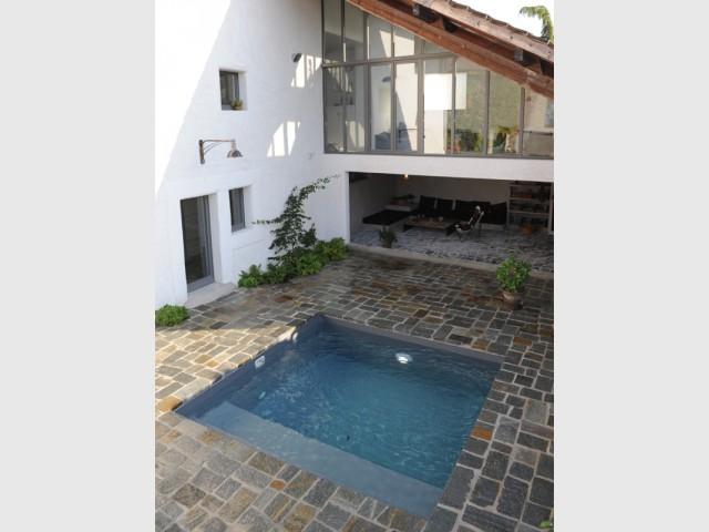Une mini piscine dans un petit espace extérieur - Une petite piscine au coeur d'une cour intérieure