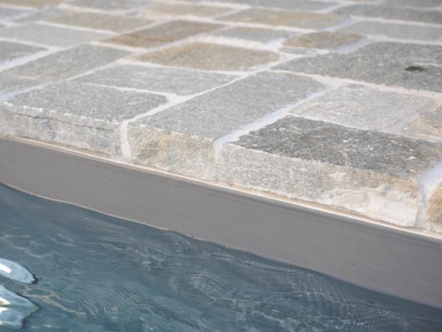 Une piscine en kit même pour les non-bricoleurs - Une petite piscine au coeur d'une cour intérieure