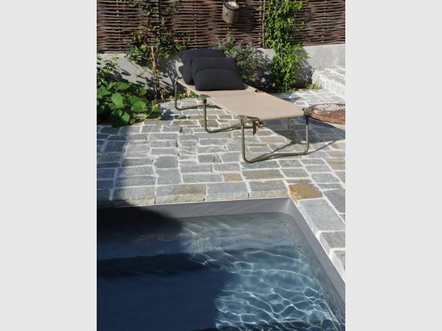 Un liner gris ardoise pour une touche de naturelle - Une petite piscine au coeur d'une cour intérieure