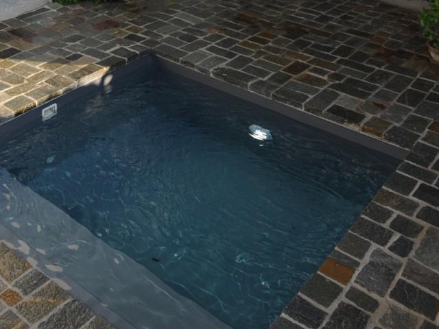 Des projecteurs LEDs pour plus d'élégance - Une petite piscine au coeur d'une cour intérieure