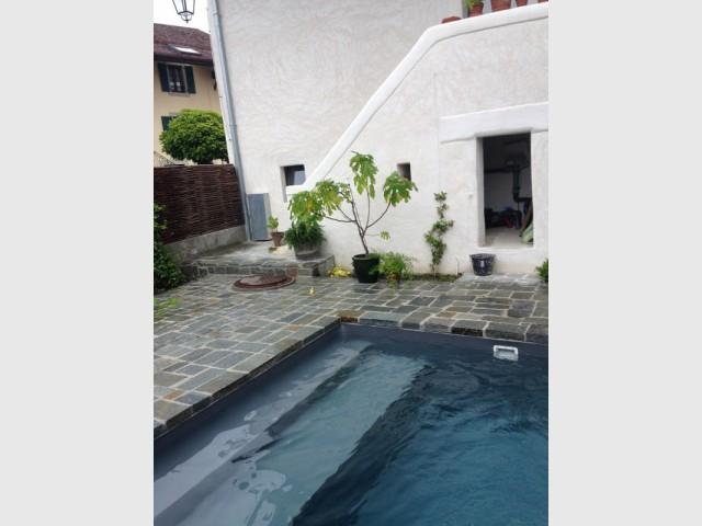 Un escalier à deux marches pour plus de confort  - Une petite piscine au coeur d'une cour intérieure