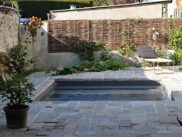 Une petite piscine pour plus d'économies - Une petite piscine au coeur d'une cour intérieure
