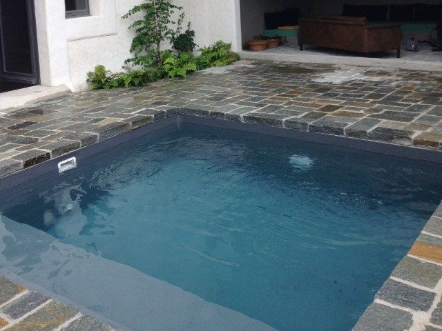 La pose du bloc de filtration de la mini piscine - Une petite piscine au coeur d'une cour intérieure