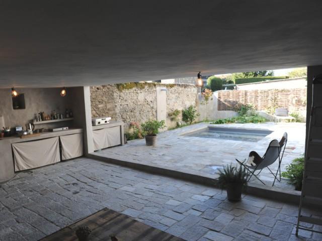 Un abri de jardin pour agrandir l'espace et apporter une touche de convivialité - Une petite piscine au coeur d'une cour intérieure