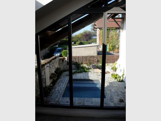 De larges ouvertures pour mettre en lumière le petit bassin central - Une petite piscine au coeur d'une cour intérieure