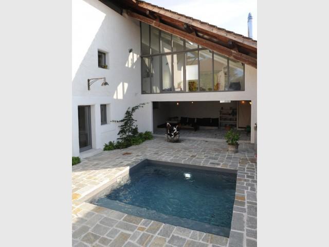 Installation d'une petite piscine au cœur d'une cour intérieure fermée - Une petite piscine au coeur d'une cour intérieure