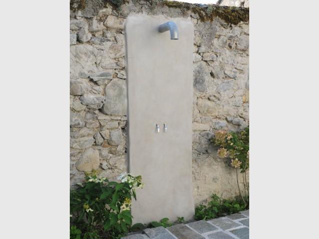 Une douche pour rendre l'équipement extérieur optimal - Une petite piscine au coeur d'une cour intérieure