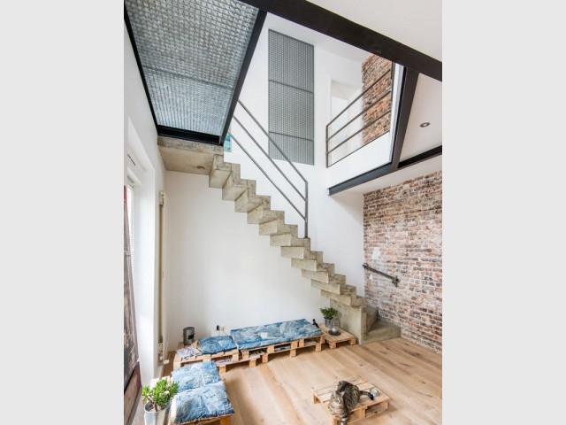 L'escalier en béton, atout majeur d'un duplex industriel - Deux appartements réunis en un duplex