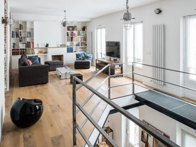 Un séjour industriel dans un étage supérieur lumineux - Deux appartements réunis en un duplex