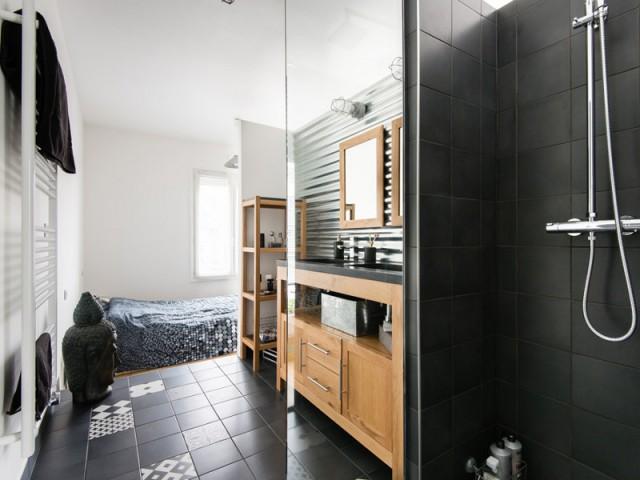 Une salle de bains parentale dans un cube ouvert - Deux appartements réunis en un duplex