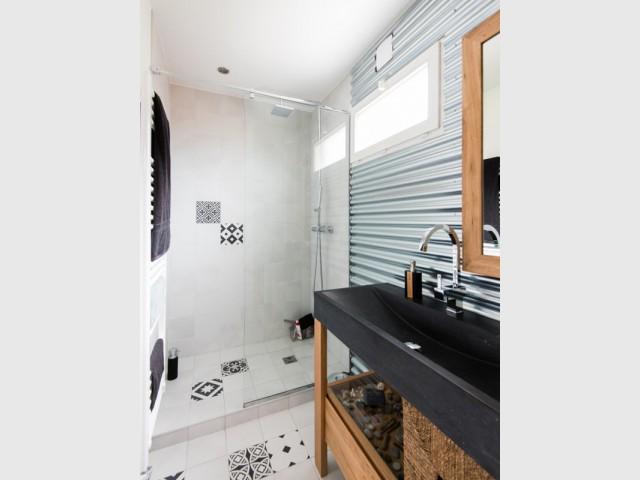 Une salle de bains blanche aux accents industriels - Deux appartements réunis en un duplex