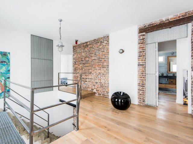 Un mur de briques au centre du duplex - Deux appartements réunis en un duplex