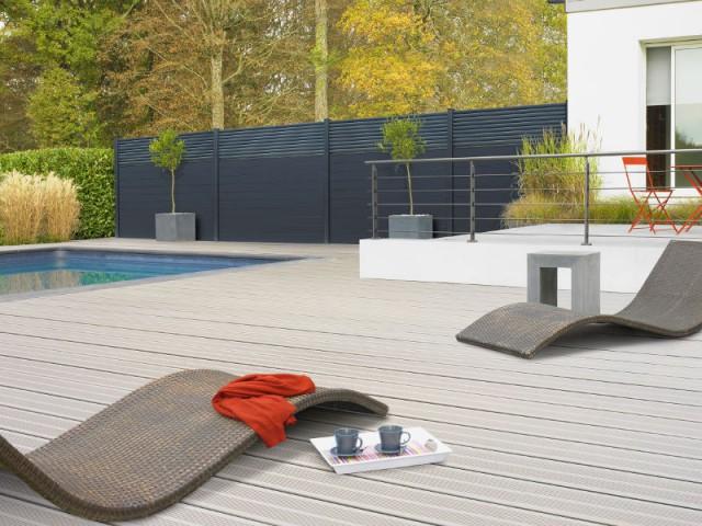 Une clôture gris-ardoise pour un jardin camouflé  - Un jardin delimité pour plus d'intimité