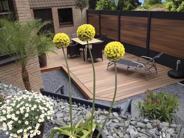 Une clôture en bois massif pour un jardin dissimulé - Un jardin delimité pour plus d'intimité