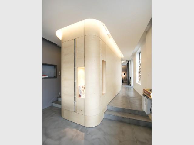 Un espace de rangements central pour cacher les toilettes - Un café traditionnel transformé en bureau et logement privé