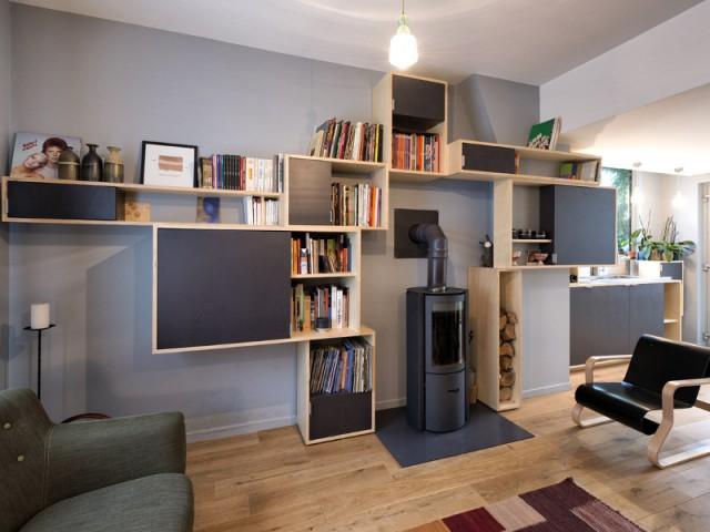 Transformation d'un café : un meuble central pour orienter le visiteur - Un café traditionnel transformé en bureau et logement privé