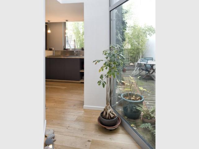 Une véranda pour accéder au lieu de travail - Un café traditionnel transformé en bureau et logement privé