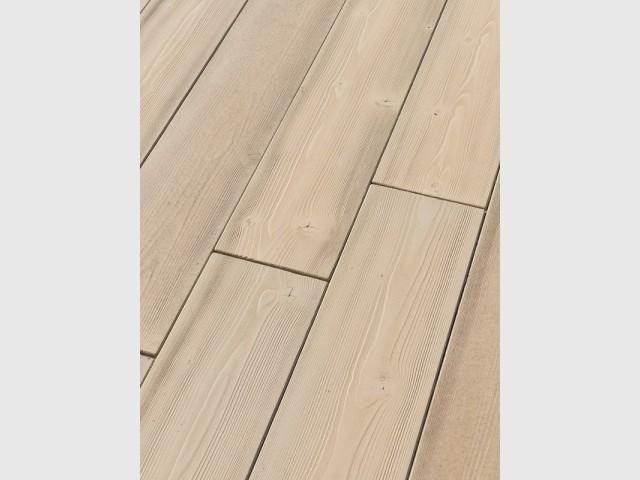 Des lames en béton qui imitent les veinures et la texture naturelle du bois - Une terrasse en béton pour un effet bois