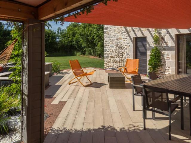 Installation d'une terrasse en béton Boibé chez un particulier  - Une terrasse en béton pour un effet bois