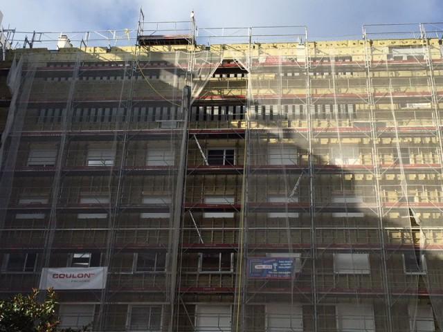 Détail de la façade de la copropriété Du Guesclin à Paris - Du Guesclin