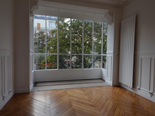 Avant : Un salon trop épuré - Un appartement haussmannien magnifié dans son intégralité