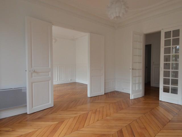 Une pièce à vivre avant transformation - Un appartement haussmannien magnifié dans son intégralité