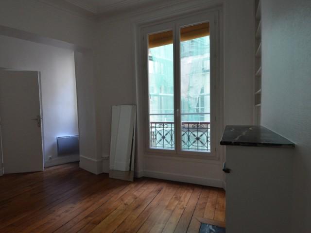 Une chambre avant transformation - Un appartement haussmannien magnifié dans son intégralité