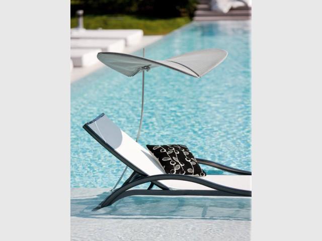 Un transat avec parasol intégré