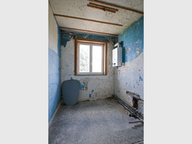 Avant : une salle de bains étroite et mal éclairée - Maison Renov Active à Bruxelles par Velux