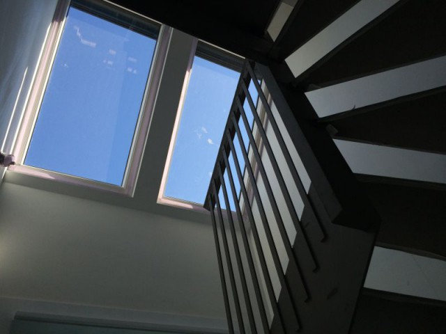 Un escalier comme un puits d'aération - Maison Renov Active à Bruxelles par Velux