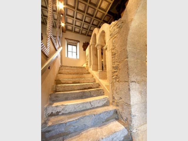 Une entrée chic et épurée digne d'un château  - Un château rénové au coeur du Vercors