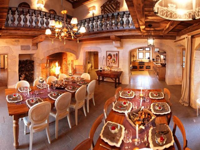 Une salle à manger minérale pour accueillir les hôtes de passage - Un château rénové au coeur du Vercors