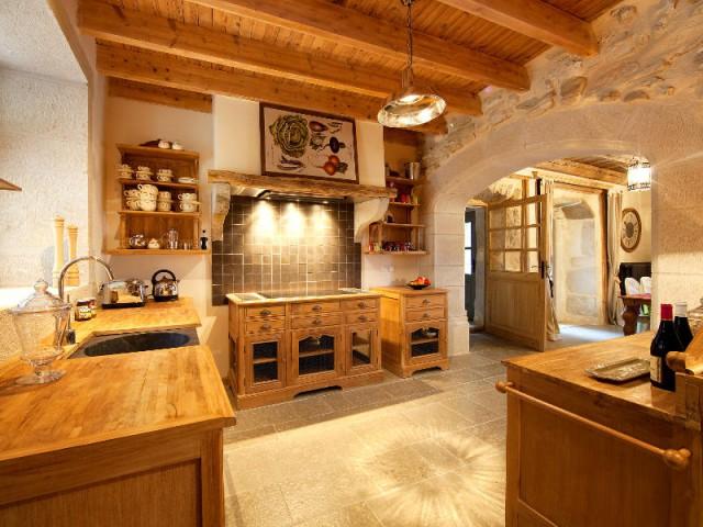 Une cuisine tout en bois pour un effet chalet de montagne  - Un château rénové au coeur du Vercors