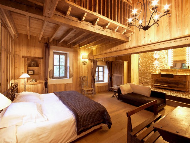 Une chambre boisée pour une touche de poésie - Un château rénové au coeur du Vercors