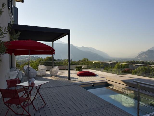 Une piscine utilisée comme une pièce à vivre extér
