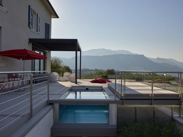 Une piscine spa à flanc de montagne