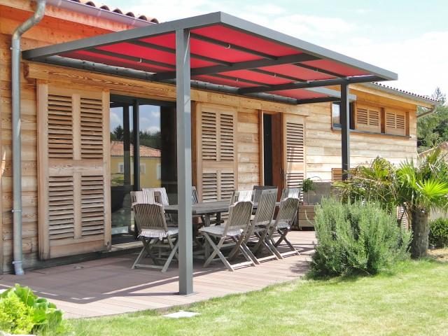 Une pergola colorée pour une terrasse de caractère - Une pergola orignale pour habiller son jardin