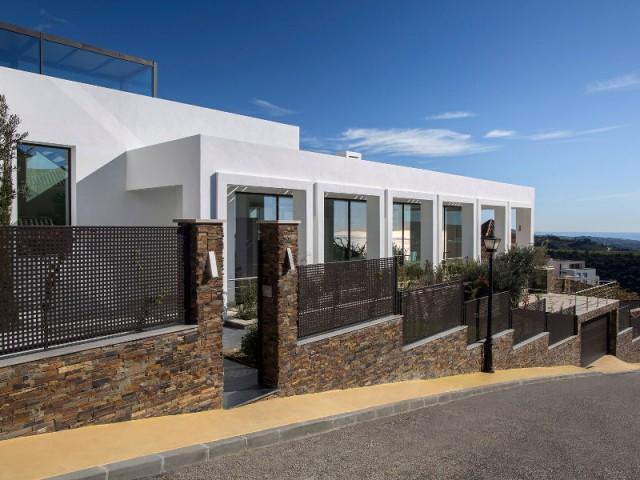 Une villa sur un terrain en pente pour une vue panoramique sur la mer - Une villa lumineuse entre mer et montagne