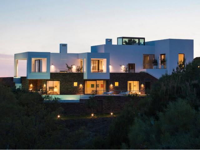 Piscine en cascade et toiture terrasse pour une villa de luxe - Une villa lumineuse entre mer et montagne