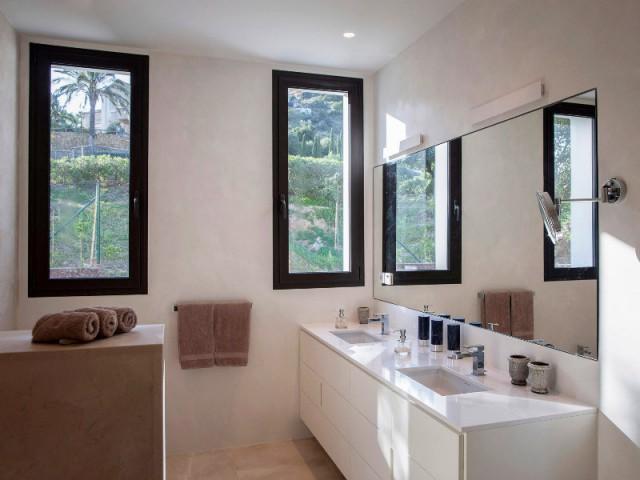 Une salle de bains lumineuse et élégante - Une villa lumineuse entre mer et montagne