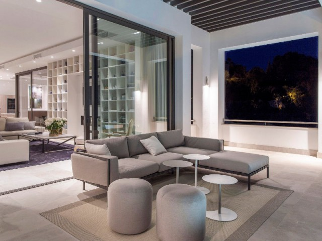 Des menuiseries discrètes pour effacer la séparation intérieur/extérieur - Une villa lumineuse entre mer et montagne