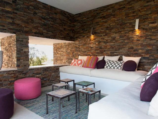 Une terrasse meublée comme un salon ethnique - Une villa lumineuse entre mer et montagne