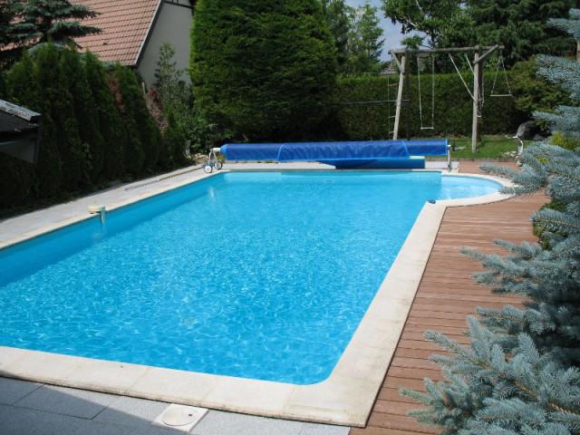 Avant : une piscine traditionnelle filtrée au chlore - Une piscine naturelle en Alsace