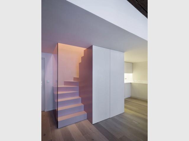 Des éléments fonctionnels dissimulés dans le bloc de l'escalier - Un duplex aménagé autour d'un escalier canyon