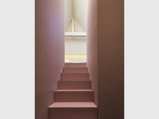 En haut de l'escalier coloré, la suite parentale - Un duplex aménagé autour d'un escalier canyon